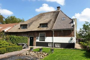 Nieuwe-dakpannen-oude-holle-monumentaal-pand-in-Rijswijk