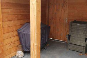 Overige-bouw-werkzaamheden,-plaatsen-massief-houten-veranda,-met-verlichting-en-antrasiet-betonnen-poeren